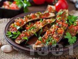 Постни патладжани (сини домати) върху хартия за печене пълнени с киноа, чушки и домати на фурна - снимка на рецептата